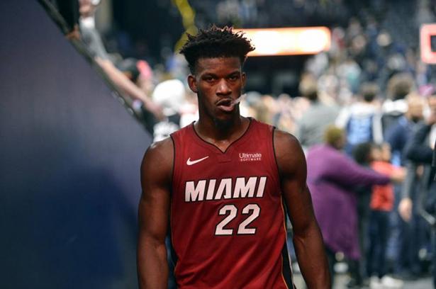 Jimmy Butler (tobillo) del Heat se retiró del juego contra los Pelicans y no regresó