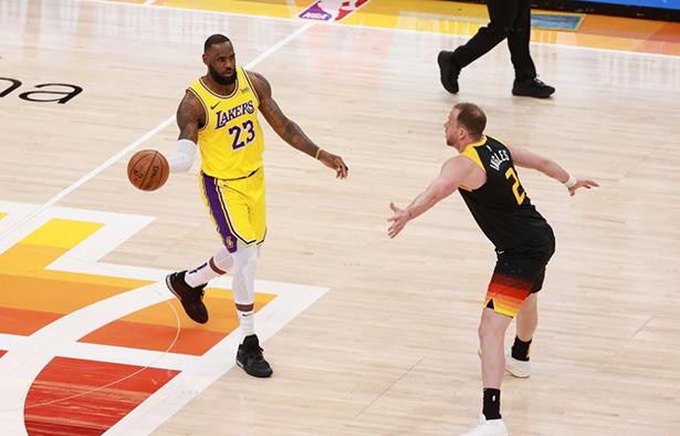 El emperador anota 19 puntos, el Jazz gana seis dobles, los Lakers pierden cuatro seguidos